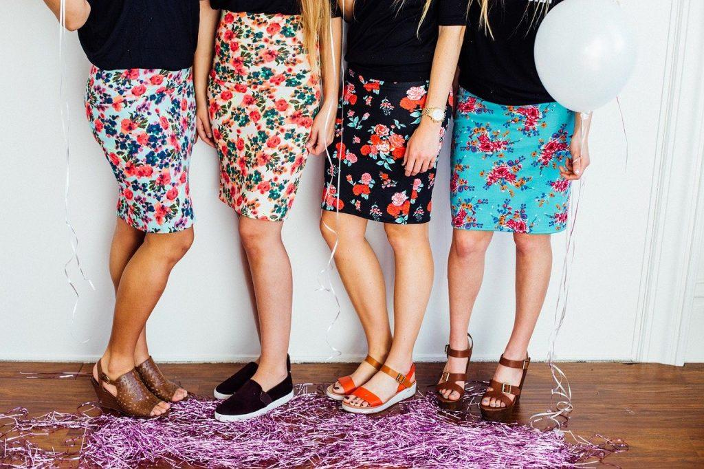 Quatre filles en jupe crayon